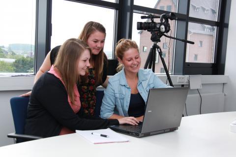 Studierende beim Filmzuschnitt