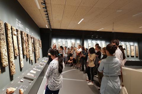 Studierende der Fakultät Life Sciences im bodenkundlichen Museum in Wageningen, Niederlande