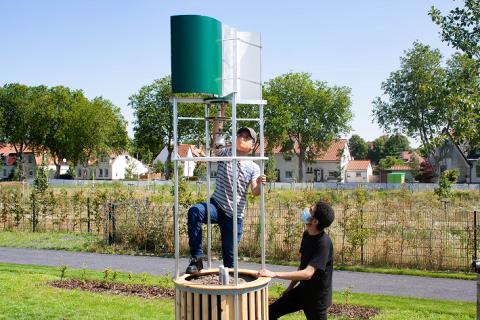 Aufbau einer Windkraftanlage zur Bewässerung auf dem Außengelände des Green FabLab