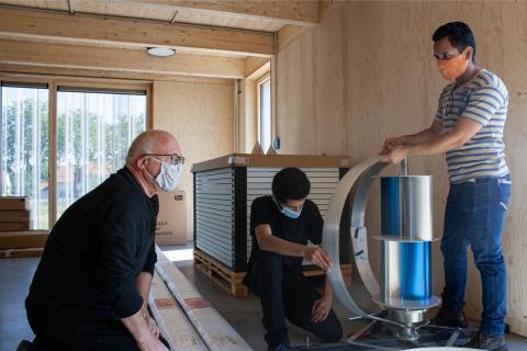 """Arbeiten an einer Windkraftanlage als """"Savonius-Darrieus-Hybrid"""" im Green FabLab"""
