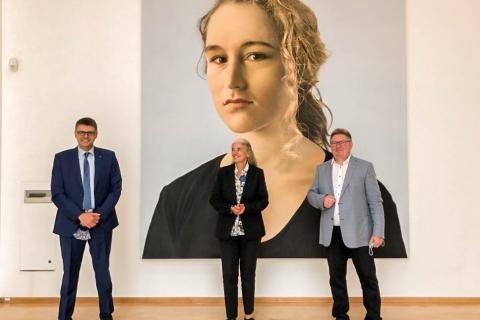 Ministerin Pfeiffer-Poensgen (Mitte) mit Hochschulpräsident Oliver Locker-Grütjen (links) und Museumsleiter Professor Harald Kunde (rechts)