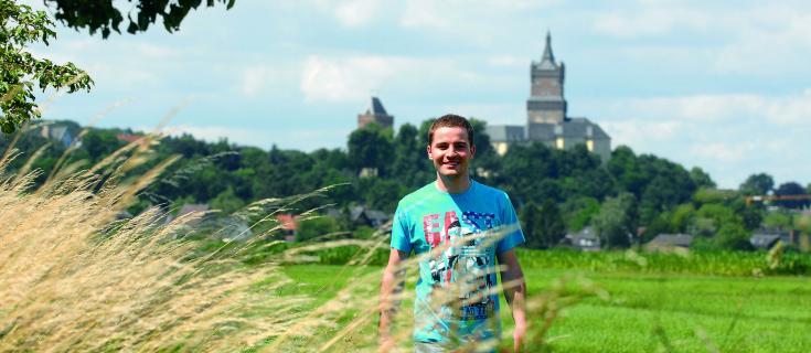 Student vor der Schwanenburg in Kleve